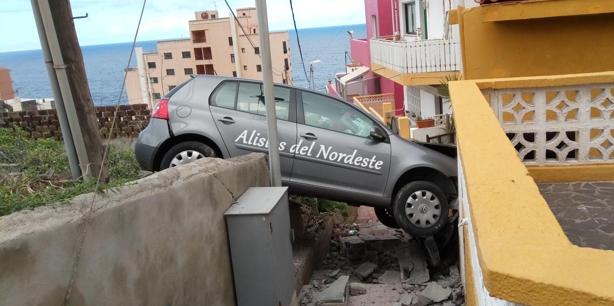 Un coche se empotra contra una vivienda
